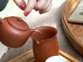 Verser le thé de la théière au pot à thé